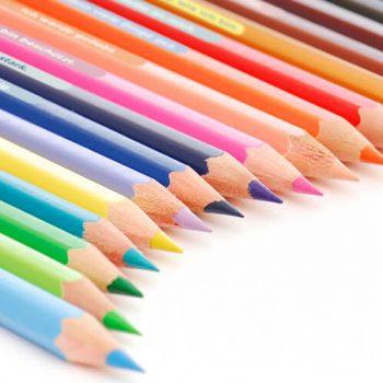 Glückssatzaufkleber auf Buntstiften
